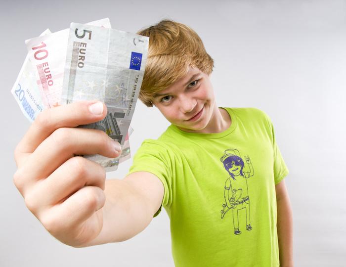 Teenager mit Geldscheinen